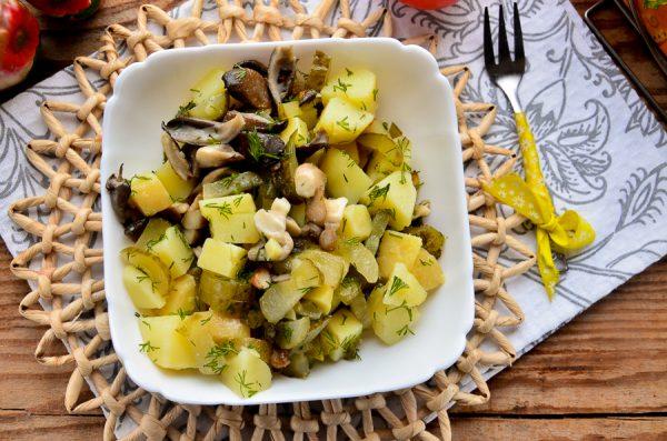 Постный салат с картофелем и жареными вешенками