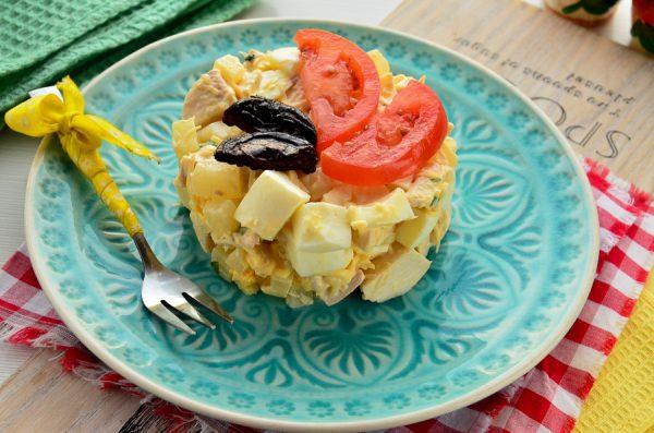 Салат с ананасами, курицей, сыром и чесноком