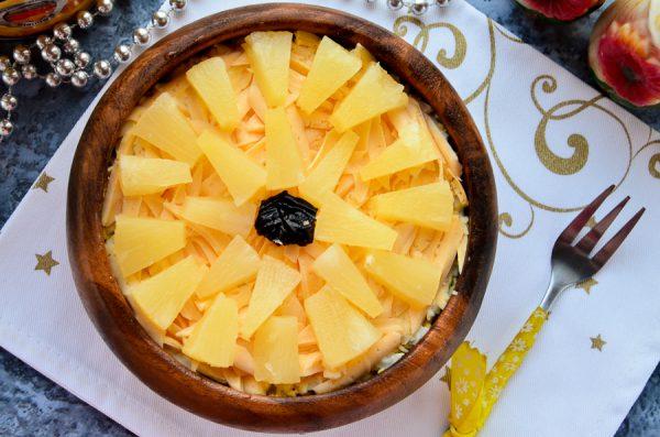 Салат с ананасами, курицей, сыром и яйцом слоями