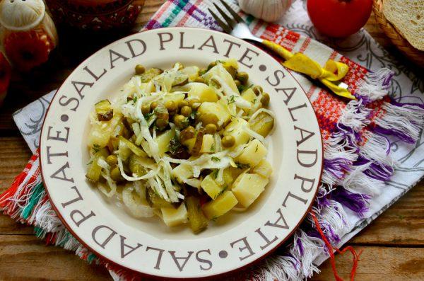 Салат с картофелем, квашеной капустой и зеленым горошком