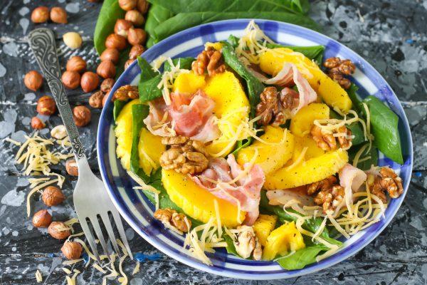 Салат с манго, беконом и шпинатом