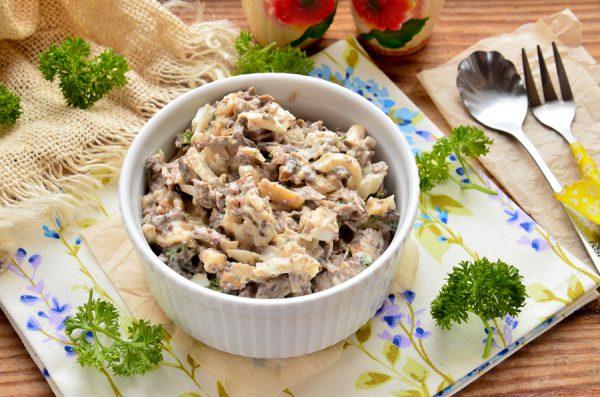 Салат с печенью индейки, сыром и грибами
