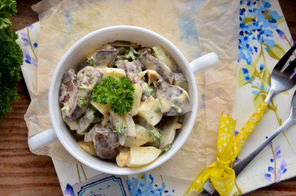 Салат с печенью индейки, яйцом и маринованным огурцом