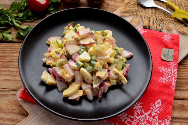 Салат с редисом, огурцом и яйцом