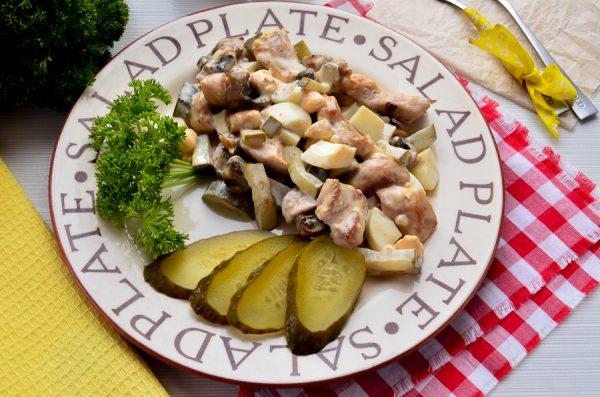 Салат со свининой, грибами и маринованными огурцами