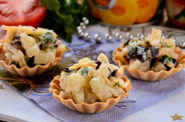Тарталетки с ананасом, сыром и чесноком