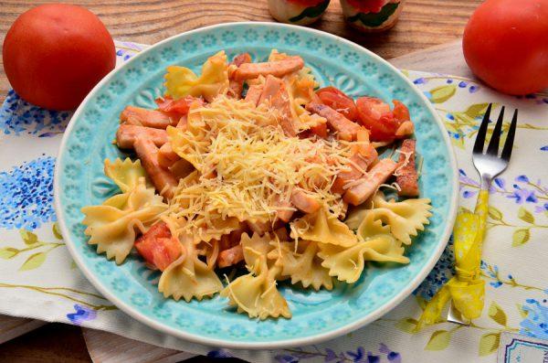 Фарфалле с ветчиной и помидорами
