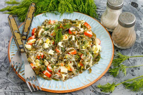 Салат из морской капусты, крабовых палочек и яиц