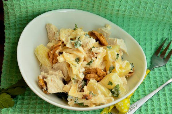 Салат с ананасами, курицей, сыром и грецкими орехами