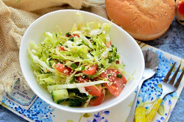 Салат с молодой капустой, огурцом и помидором