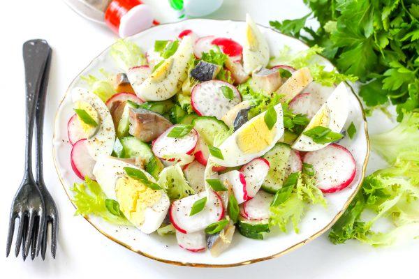 Салат с сельдью, редисом и огурцом