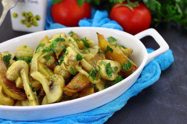 Шампиньоны с картошкой в сметане на сковороде