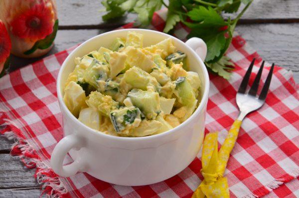 Салат из огурцов и яиц со сметаной