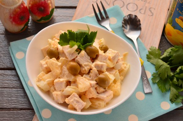Салат с ананасами, курицей и яйцом