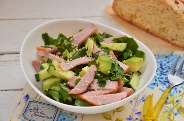 Салат с авокадо, ветчиной и шпинатом