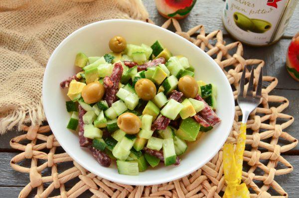 Салат с салями, авокадо и огурцом