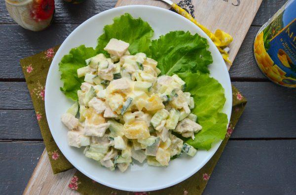 Диетический салат с ананасами и курицей