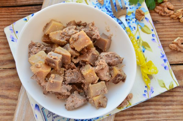 Картофель с грудкой под ореховым соусом в мультиварке