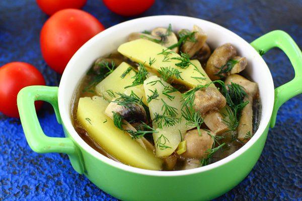 Картошка, тушенная с грибами
