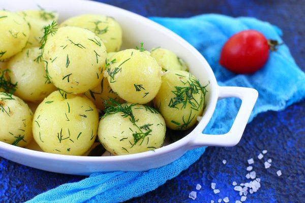 Молодая картошка с чесноком и укропом
