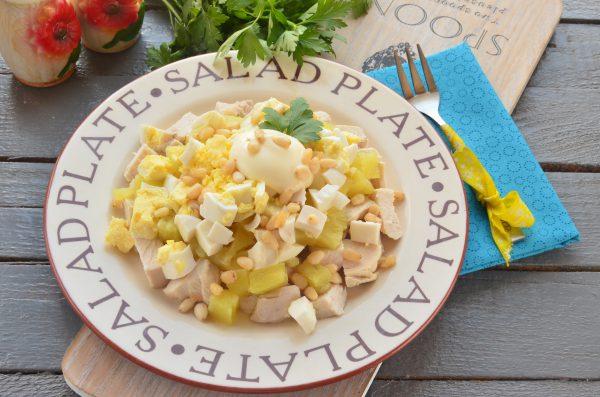 Салат с ананасами, курицей и кедровыми орешками
