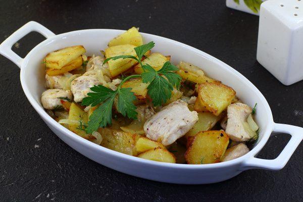 Картошка, жаренная с курицей на сковороде