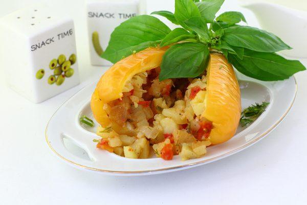 Перец, фаршированный картошкой в духовке