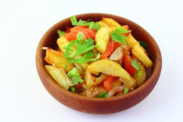 Картошка, жаренная с помидорами и луком