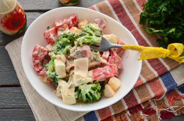 Салат с брокколи, яйцом и помидорами