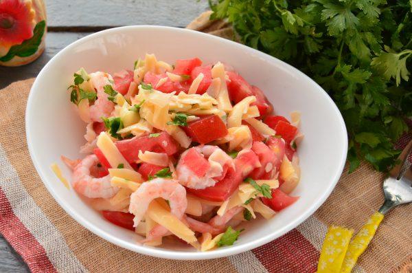Салат с креветками, помидорами и сыром