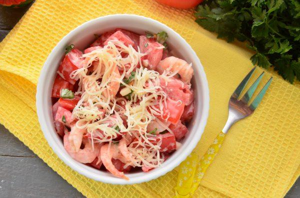 Салат с помидорами и креветками