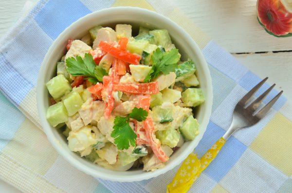 Салат с курятиной Salat-s-kuricej-i-perepelinymi-yajcami-600x397