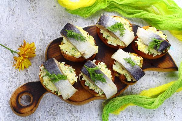 Бутерброды с селедкой и яйцом