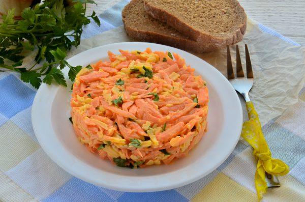 Острый салат с морковью, сыром и чесноком