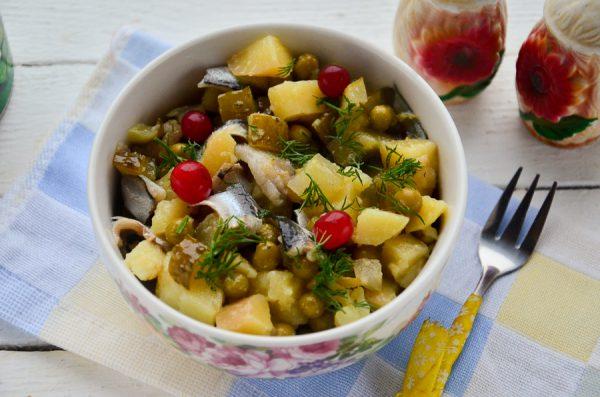 Салат с килькой, картофелем и огурцом