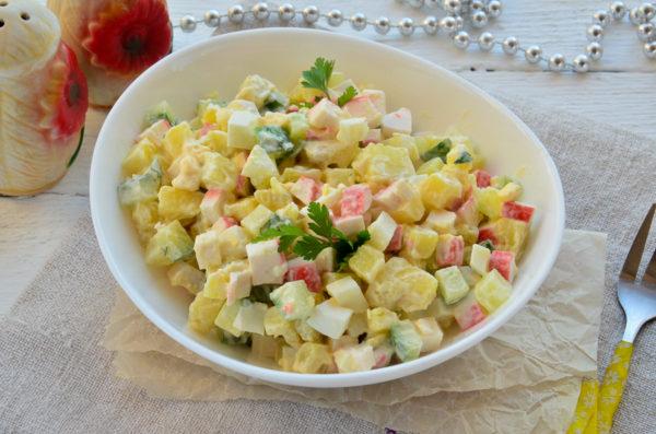 Салат с крабовыми палочками и картофелем