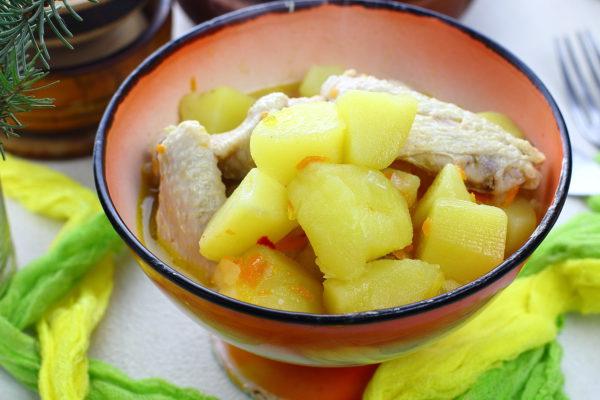 Картошка, тушенная с куриными крылышками