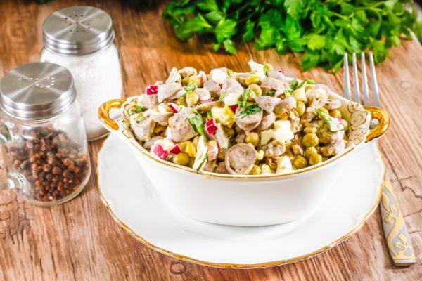 Салат с сердечками куриными и горошком