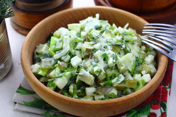 Салат с яблоками и солеными огурцами