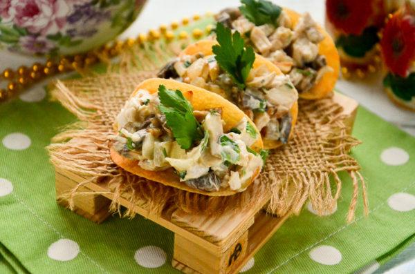 Закуска на чипсах с курицей и грибами