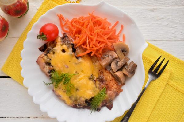Куриные бедра с грибами под сыром в духовке
