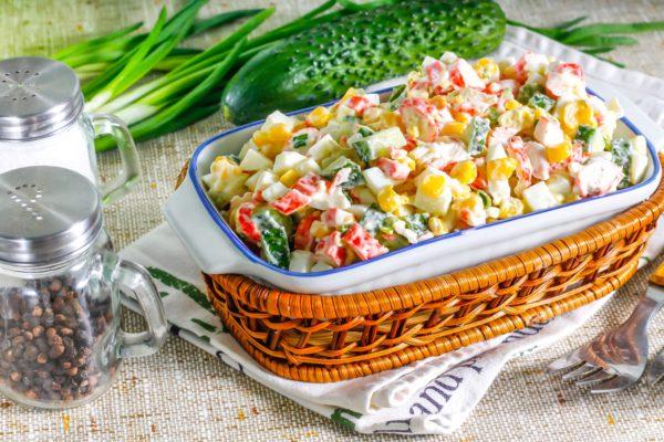 Салат с крабовыми палочками, огурцом, яйцом и кукурузой