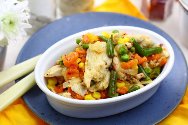 Курица, жаренная с овощами