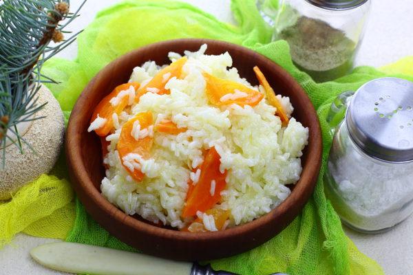 Рис с луком и морковью, приготовленный на сковороде